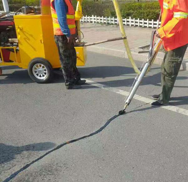 怎么使用道路灌缝胶来施工